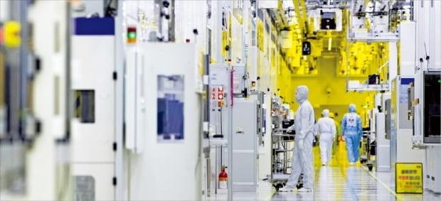 삼성전자 직원들이 경기 화성캠퍼스 반도체 생산라인 클린룸에서 반도체 장비를 점검하고 있다. /삼성전자 제공