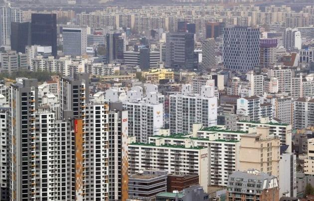 최근 서울 강남 집값이 급등하면서 매수 수요가 늘고 있지만 집주인들이 매물을 거둬들이는 일이 빈번하다. 사진은 강남 아파트 일대 전경. /한경DB