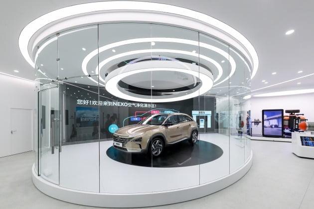 현대자동차그룹이 중국 상하이 쓰지(世紀)광장에 수소전기자동차 기술과 미래 수소 사회를 체험해 볼 수 있는 수소 비전관 '현대 하이드로겐 월드(Hyundai Hydrogen World)'를 개관했다고 26일 전했다. 사진은 수소 비전관 내 넥쏘 공기 정화 시연존 모습. 2019.8.26 [사진=현대차그룹 제공]