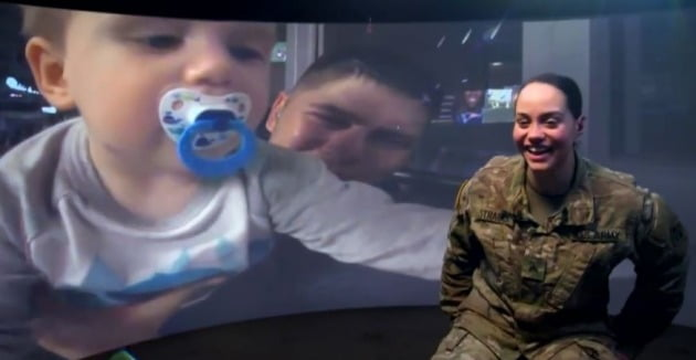 딘 에반스는  2017년 현대 슈퍼볼 광고를 통해 360도 카메라와 위성 기술을 이용, 폴란드 주둔 미군과 본국 가족을 연결시켜 미국인들에게 감동을 선사했다. [사진=유튜브 캡처]