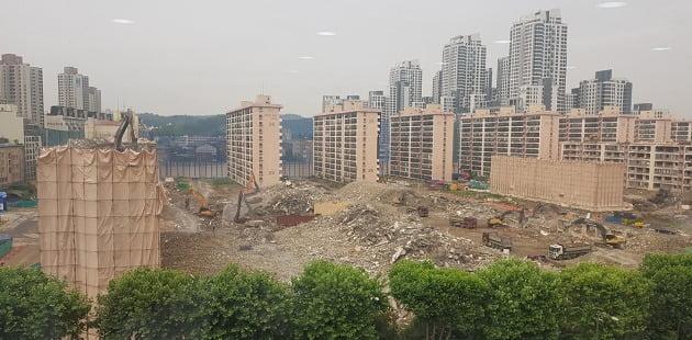 서울 반포동 신반포3차·경남아파트. 철거 공사를 마무리한 이 단지는 일반분양분을 기업형 임대사업자에게 매각하는 사업 방식을 추진 중이다. 한경DB