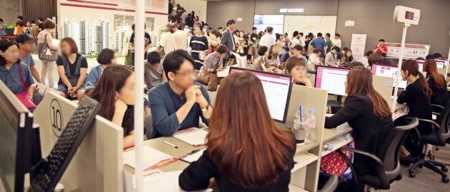2만3565명이 1순위 청약한 서울 '송파 시그니처 롯데캐슬' 모델하우스. 분양가 상한제를 앞두고 청약 수요가 몰렸지만 기관추천 특별공급에선 미달했다. 한경DB