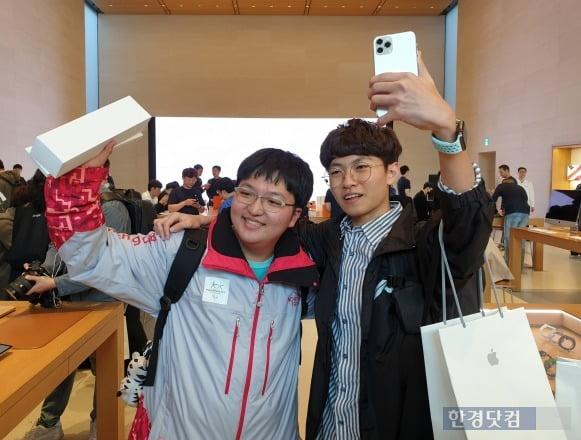 아이폰11 1호 개통 고객인 송영준(18) 군(오른쪽)은 전날 오후 5시 애플스토어를 찾았다. (사진=한경닷컴)
