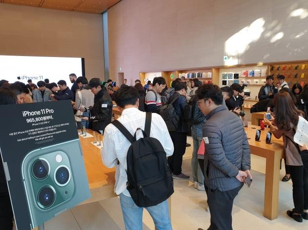 25일 서울 강남구 신사동 가로수길 애플스토어에서 고객들과 취재진이 신형 아이폰11을 살펴보고 있다.(사진=한경닷컴)