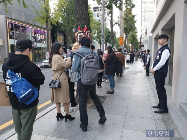 신형 아이폰 출시일인 25일 서울 강남구 가로수길의 애플스토어 앞은 많은 사람들로 붐볐다.(사진=한경닷컴)