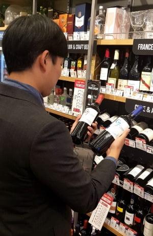 이마트24에서 고객이 와인을 살펴보고 있다.(사진=이마트24)