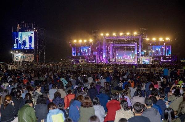 지난 25일 진행된 '2019 부산원아시아페스티벌'에 참석한 시민들이 '패밀리 파크 콘서트' 공연을 바라보고 있다. /사진=부산관광공사 제공
