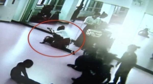 교사가 통양의  허벅지를 강하게 누르는 모습 / 사진 제공 = 웨이보 갈무리