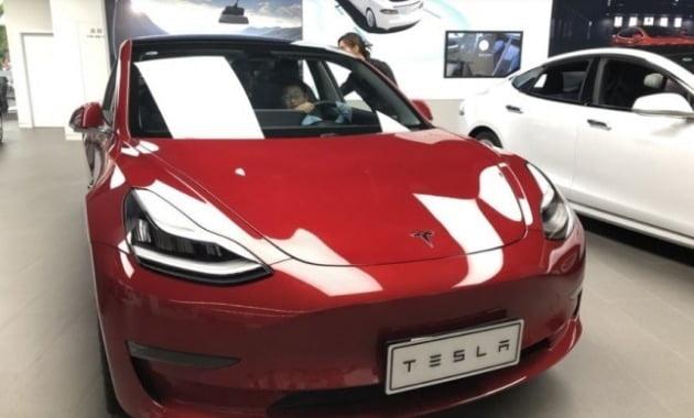 테슬라는 중국 상하이에 공장 1곳을 신축하고 생산 규모를 50만대 이상으로 늘리는 방안을 추진 중이다. 사진은 중국에서 판매 중인 테슬라 전기차. [사진=연합뉴스]
