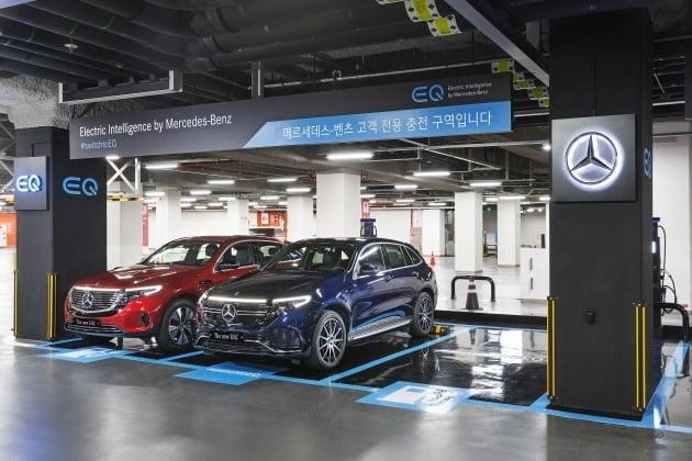 더 뉴 EQC에 탑재된 배터리는 벤츠의 자회사 '도이치 어큐모티브'에서 생산한 80 kWh 리튬 이온 배터리로, 한 번 충전에 309 km 이상 주행이 가능하다. 급속 충전 시 최대 110 kW의 출력으로 약 40분 이내에 80%까지 충전할 수 있다. '메르세데스-벤츠 월박스'를 이용하면 가정용 220 볼트 소켓보다 약 3배 빠른 속도로 충전이 완료된다. 사진은 롯데월드 타워 지하 2층 메르세데스-벤츠 충전존 [사진=벤츠코리아 제공]
