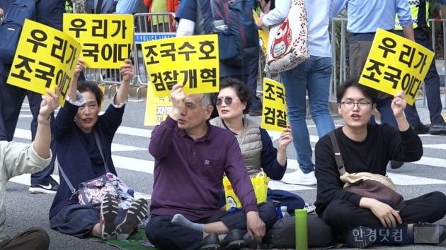 5일 오후 서울 서초동 사거리에서 열린 제8차 검찰개혁 촛불집회 참석자들이 피켓을 들고 구호를 외치고 있다. /사진=조상현 기자
