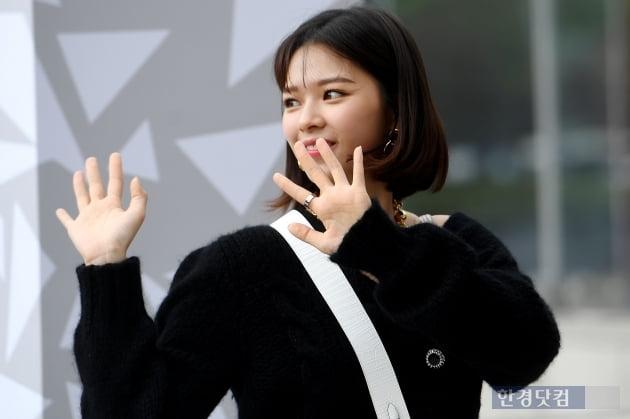 [포토] 트와이스 정연, '팬들에게 끝까지 인사하며~'