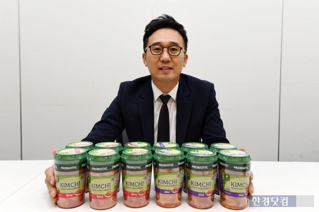 이준화 김치CM이 미국에 수출하는 풀무원 김치를 소개하고 있다. (사진 = 최혁 한경닷컴 기자)