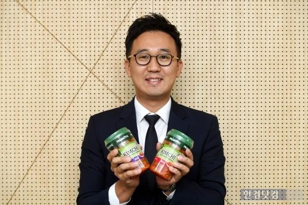 이준화 김치 CM이 미국에 수출하는 풀무원 김치 제품을 들고 있다. (사진 = 최혁 한경닷컴 기자)