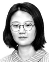 [취재수첩] 佛 마크롱은 전국 돌며 마이크 잡는데…