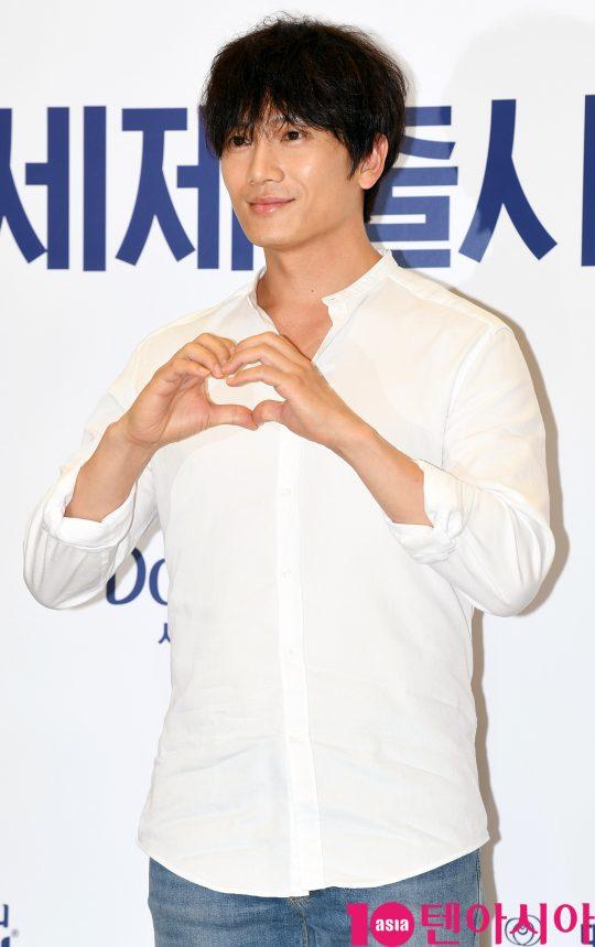 배우 지성이 1일 오전 서울 행당동 이마트 왕십리점에서 열린 P&G 다우니 세제 런칭 행사에 참석하고 있다.