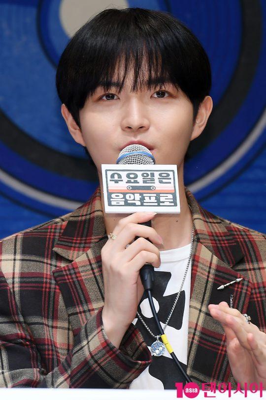 가수 김재환이 2일 오전 서울 신도림동 라마다호텔에서 열린 tvN 예능 '수요일은 음악프로' 제작발표회에 참석해 인사말을 하고 있다.