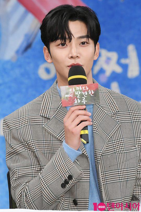 배우 로운이 2일 오후 서울 상암동 MBC 골든마우스홀에서 열린 MBC 드라마 '어쩌다 발견한 하루' 제작발표회에 참석해 인사말을 하고 있다.