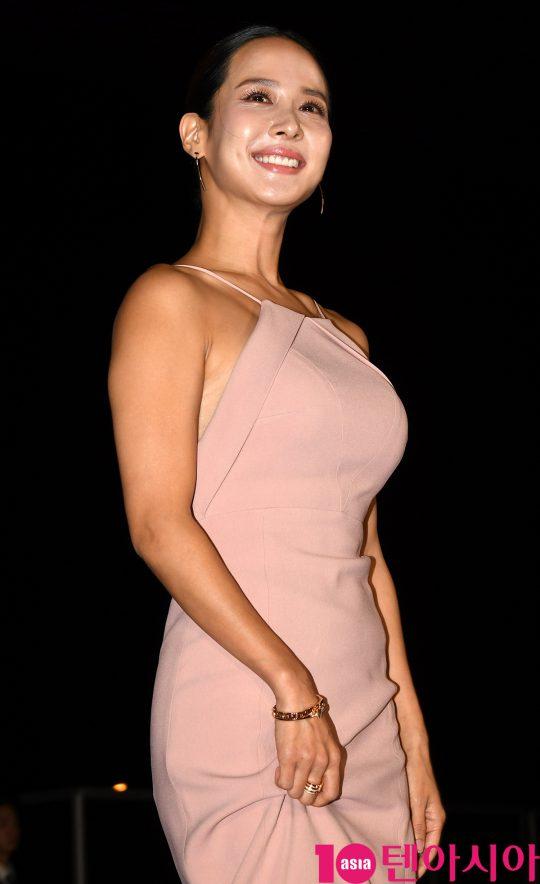 배우 조여정이 3일 오후 부산 해운대구 우동 영화의 전당에서 열린 제 24회 부산국제영화제(BIFF) 개막식 레드카펫 행사에 참석하고 있다.