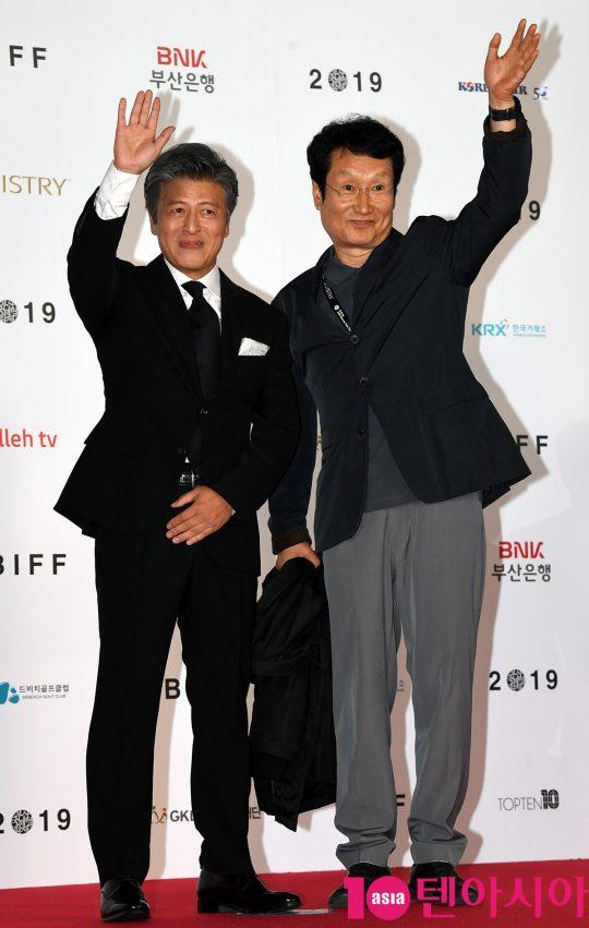 배우 권해효와 문성근이 3일 오후 부산 해운대구 우동 영화의 전당에서 열린 제 24회 부산국제영화제(BIFF) 개막식 레드카펫 행사에 참석하고 있다.