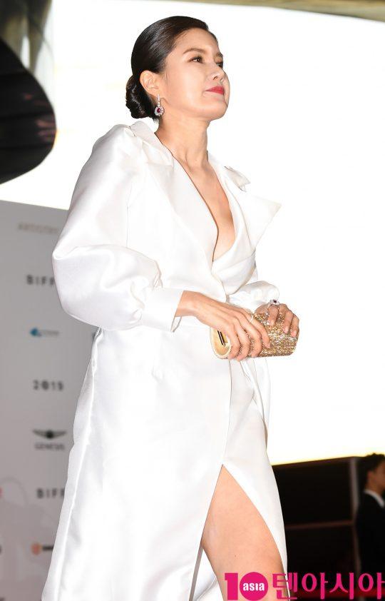 배우 지성원이 3일 오후 부산 해운대구 우동 영화의 전당에서 열린 제 24회 부산국제영화제(BIFF) 개막식 레드카펫 행사에 참석하고 있다.