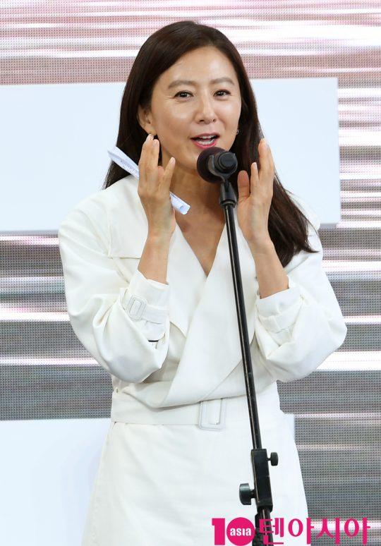 배우 김희애가 5일 오후 부산 해운대구 영화의 전당 야외무대에서 열린 영화 '윤희에게' 야외무대인사에 참석하고 있다.