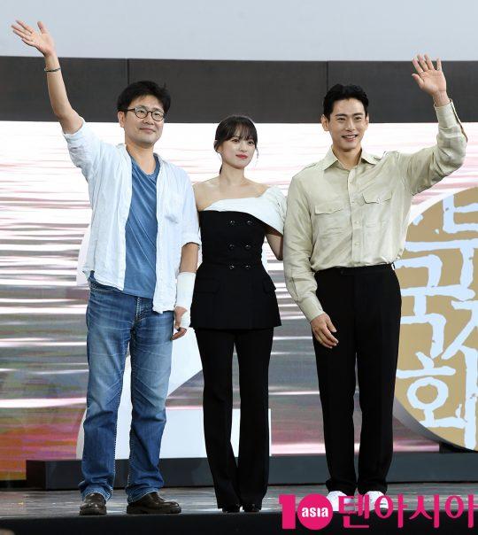 전계수 감독,천우희,유태오(왼쪽부터)가 5일 오후 부산 해운대구 영화의 전당 야외무대에서 열린 영화 '버티고' 야외무대인사에 참석하고 있다.