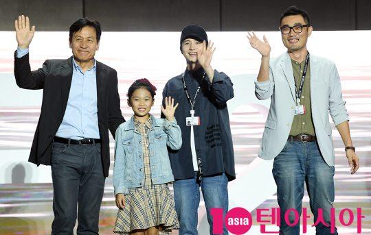 안성기,장재희,김혜성,고훈 감독(왼쪽부터)이 5일 오후 부산 해운대구 영화의 전당 야외무대에서 열린 영화 '종이꽃' 야외무대인사에 참석하고 있다.