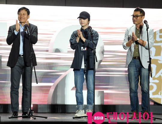 안성기,김혜성,고훈 감독(왼쪽부터)이 5일 오후 부산 해운대구 영화의 전당 야외무대에서 열린 영화 '종이꽃' 야외무대인사에 참석고 있다.