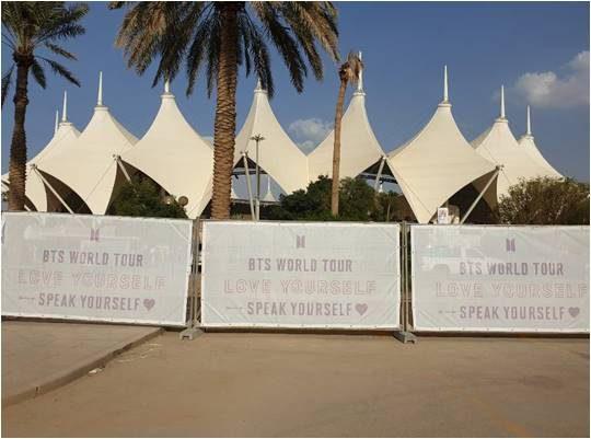 '러브 유어셀프: 스피크 유어셀프' 콘서트의 포스터가 붙은 킹 파드 인터내셔널 스타디움 외부 모습./리야드=김수경 기자