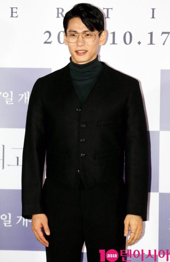 배우 유태오가 11일 오후 서울 한강로3가 CGV 용산아이파크몰점에서 열린 영화 '버티고' 언론시사회에 참석하고 있다.