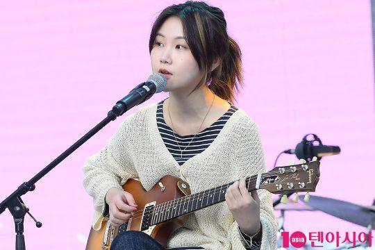 가수 김수영이 12일 오후 서울 잠실 롯데타워 야외광장에서 열린 '2019 청춘, 커피 페스티벌'에서 기타를 치며 노래하고 있다./ 이승현 기자 lsh87@
