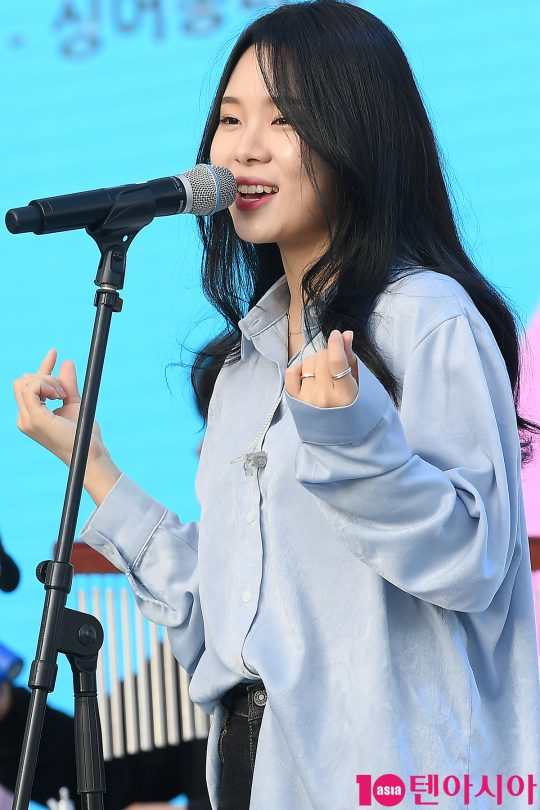 가수 은종이 12일 오후 서울 잠실 롯데타워 야외광장에서 열린 '2019 청춘, 커피 페스티벌'에서 노래를 부르고 있다./ 이승현 기자 lsh87@
