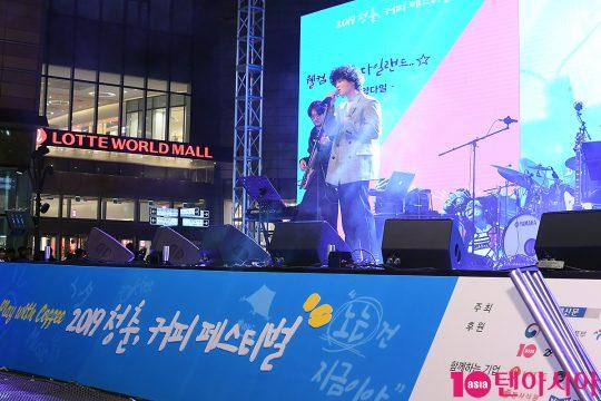가수 양다일이 12일 오후 서울 잠실 롯데타워 야외광장에서 열린 '2019 청춘, 커피 페스티벌'에 참석했다./ 이승현 기자 lsh87@