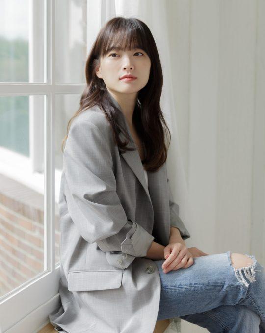 영화 '버티고'에서 일과 사랑, 현실이 위태로운 계약직 디자이너 서영을 연기한 배우 천우희./ 사진제공=나무엑터스