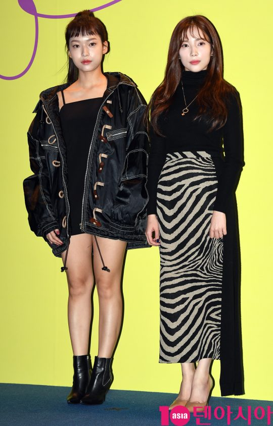 에이프릴 양예나와 윤채경이 15일 오후 서울 동대문디자인플라자에서 열린 '2020 S/S 서울패션위크' 얼킨 컬렉션에 참석하고 있다.