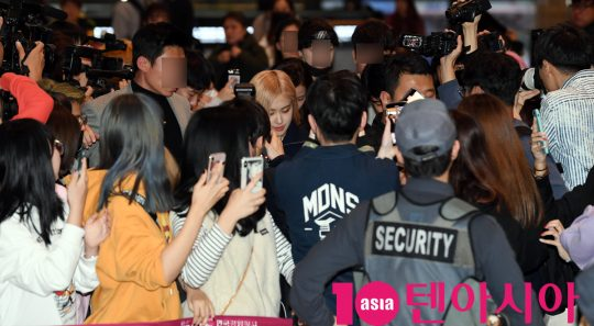 걸그룹 블랙핑크(지수, 제니, 로제, 리사)가 17일 오후 일본 음악방송 참석차 김포국제공항을 통해 일본으로 출국하고 있다.