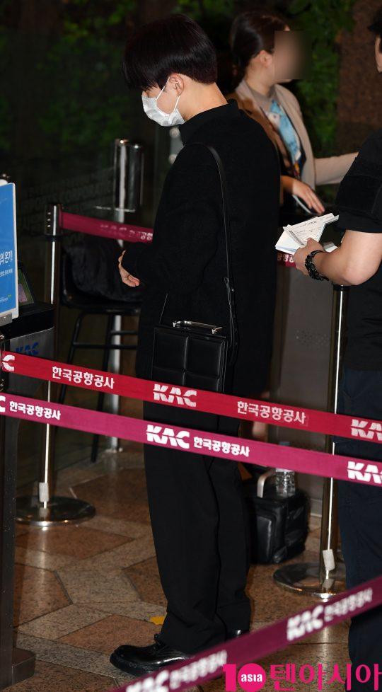 그룹 엑소(수호, 찬열, 카이, 디오, 백현, 세훈, 시우민, 첸, 레이) 수호가 17일 오후 '엑소 플래닛 #4 -익스플로레이션('EXO PLANET #5 – EXplOration ') 콘서트 참석차 김포국제공항을 통해 일본으로 출국하고 있다.