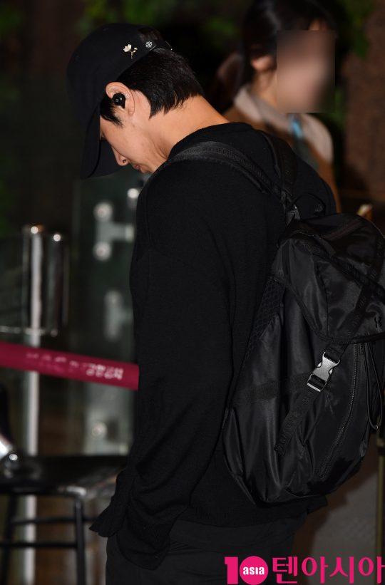 동방신기(TVXQ) 멤버 유노윤호가 17일 오후 일본 해외일정 참석차 김포국제공항을 통해 출국하고 있다.