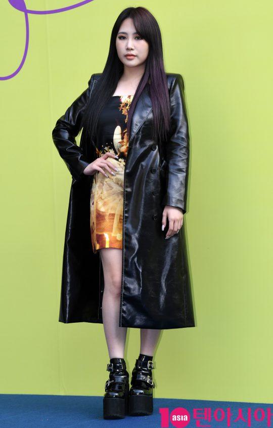 가수 박지민이 18일 오후 서울 동대문디자인플라자에서 열린 '2020 S/S 서울패션위크' 유저 컬렉션에 참석하고 있다.
