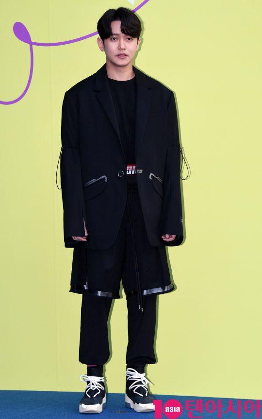 강균성이 18일 오후 서울 동대문디자인플라자에서 열린 '2020 S/S 서울패션위크' 디앤티도트 컬렉션에 참석하고 있다.