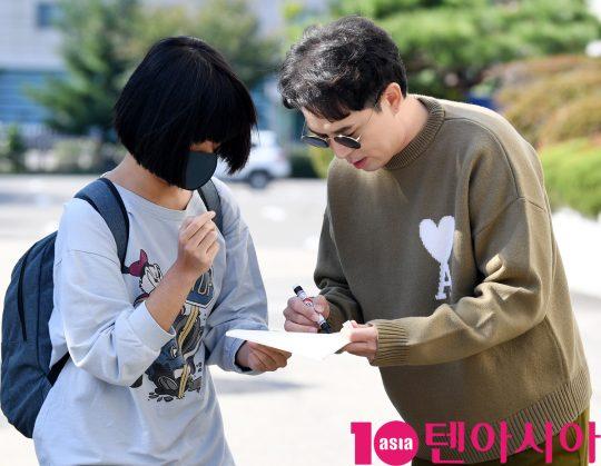 방송인 붐이 19일 오전 서울 여의도동 KBS별관에서 열리는 '해피투게더4' 녹화 출근길에 참석하고 있다.