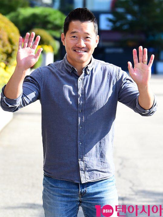 반려견 행동전문가 강형욱이 19일 오전 서울 여의도동 KBS별관에서 열리는 '해피투게더4' 녹화 출근길에 참석하고 있다.