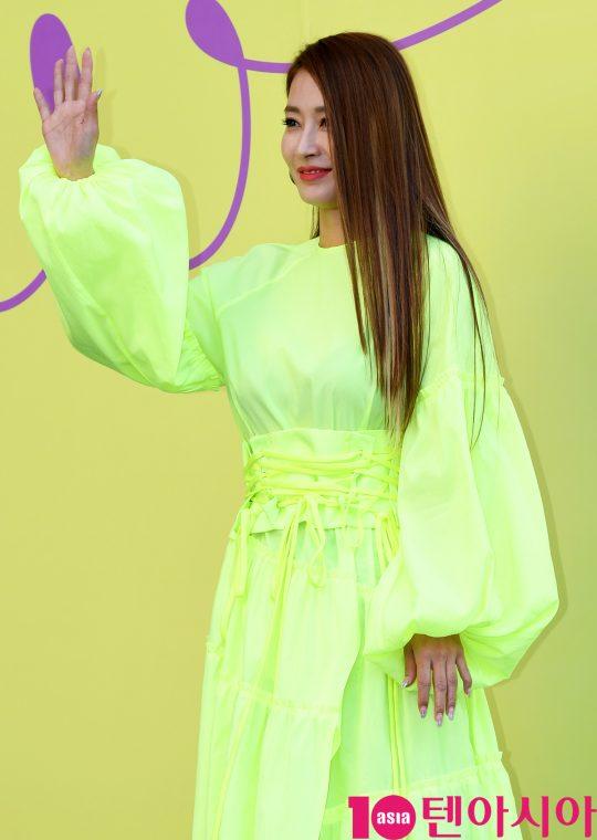 황보가 18일 오후 서울 동대문디자인플라자에서 열린 '2020 S/S 서울패션위크' 카이 컬렉션에 참석하고 있다.