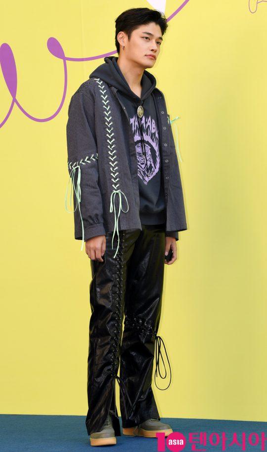 모델 정혁이 18일 오후 서울 동대문디자인플라자에서 열린 '2020 S/S 서울패션위크' 카이 컬렉션에 참석하고 있다.