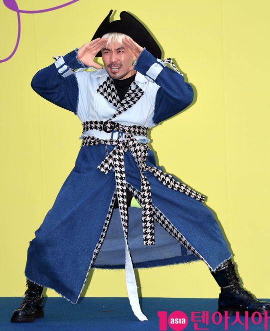 방송인 노홍철이 18일 오후 서울 동대문디자인플라자에서 열린 '2020 S/S 서울패션위크' 듀이듀이 컬렉션에 참석하고 있다.