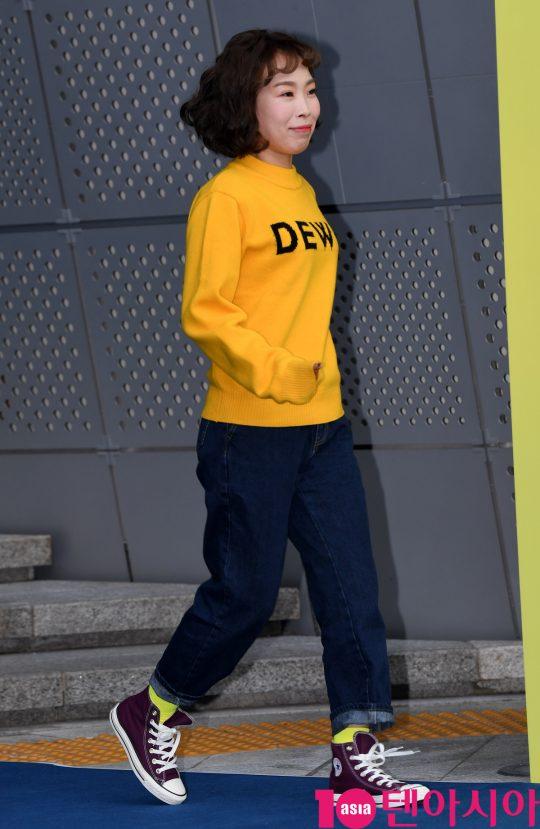 개그우먼 오나미가 18일 오후 서울 동대문디자인플라자에서 열린 '2020 S/S 서울패션위크' 듀이듀이 컬렉션에 참석하고 있다.