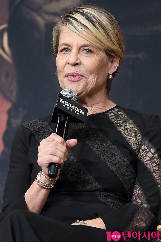 배우 린다 해밀턴이 21일 오전 서울 당주동 포시즌스호텔에서 열린 영화 '터미네이터: 다크페이트' 내한 기자회견에 참석해 인사말을 하고 있다.