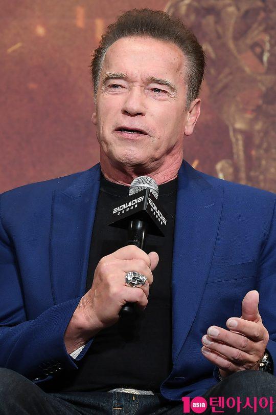 배우 아놀드 슈왈츠제네거가 21일 오전 서울 당주동 포시즌스호텔에서 열린 영화 '터미네이터: 다크페이트' 내한 기자회견에 참석해 인사말을 하고 있다.