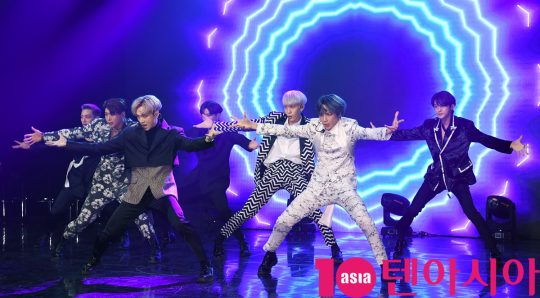 그룹 VAV(에이노, 에이스, 바론, 로우, 지우, 제이콥, 세인트반)가 21일 오후 서울 강남구 청담동 일지아트홀에서 열린 5th 미니앨범 '포이즌(POISON)' 쇼케이스에서 열정적인 무대를 선보이고 있다.